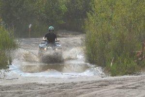 Quad rijden door de modder